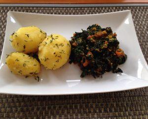 Brennessel-Gemüse mit Möhren und Ingwer, dazu Kräuter-Kartoffeln