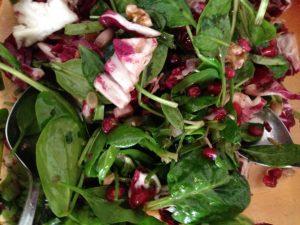 Spinat Radicchio Salat mit Granatapfelkernen