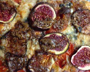 Pizza mit Roquefort, Feigen und Haselnüssen