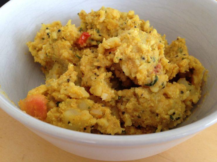 Indisches Frühstück mit Reisflocken, Kartoffeln und Gewürzen