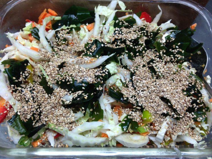 Chinakohl Salat mit Möhren, Paprika und Wakame Algen mit Sesam Soja Dressing