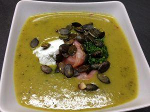 Kartoffel Gurken Suppe mit Räucherlachs, Ziegenfrischkäse, Bärlauch Pesto und gerösteten Kürbiskernen