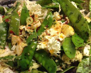 Chinakohl Salat mit Zuckerschoten Äpfeln Cashew und Koriander Limetten Dressing