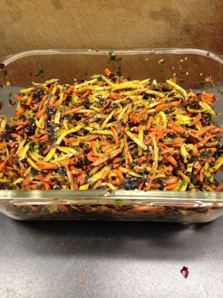 Algensalat mit Ingwer, Möhren, Mango und Sesam