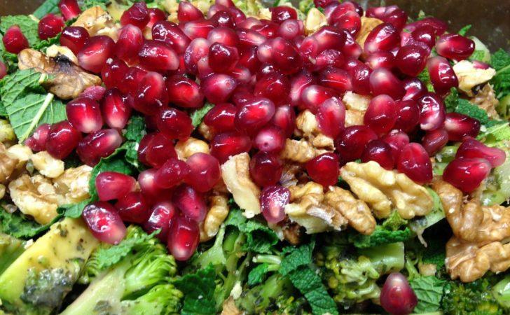 Brokkoli Avocado Salat mit Walnuss-Granatapfel-Minze Drssing