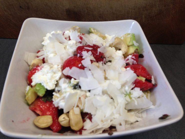 Erdbeeren mit Minze, Avocado, Cashew und Kokos