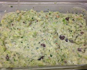 Gurkensalat mit Joghurt, Rosinen, Walnüssen und Minze