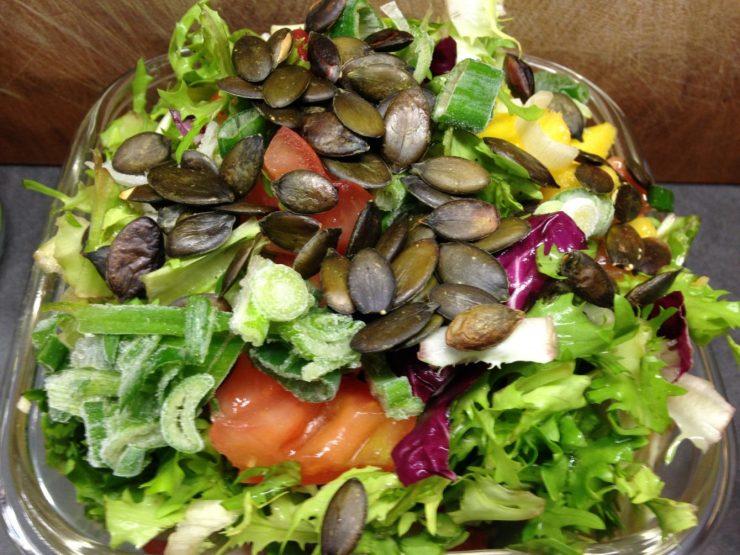 Blattsalat mit Mango, Tomaten und Kürbiskernen