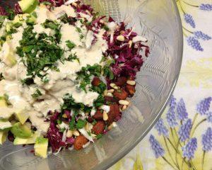 Radicchio Salat mit Avocado, Trauben, Pinienkernen und Zitronen Tahini Dressing
