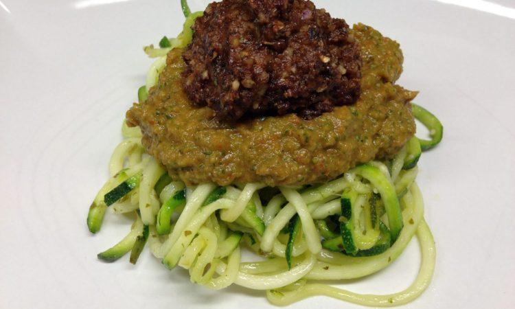 Zucchini Spaghetti mit Basilikum Tomaten Sauce und Champignon Walnuss Hackbällchen