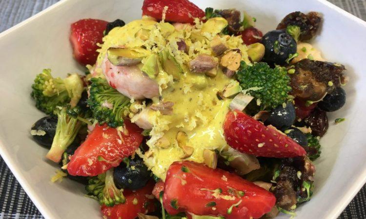 Brokkoli Salat mit Erdbeeren, Heidelbeeren, Himbeeren, Pistazien und Mandeln