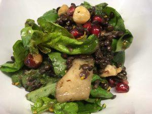 Spinat Salat mit Beluga Linsen, Avocado, Haselnüssen und Granatapfel und Orangen Tahini Dressing