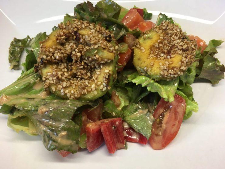 Salat mit Avocado in Sesamkruste und Ingwer Miso Tahini Dressing