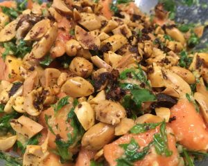 Papaya Salat mit gerösteten Erdnüssen (Spicy)