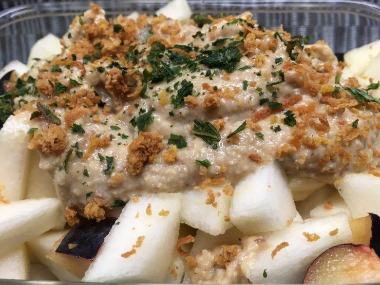 Pflaumen Birnen Salat mit Bananen Ingwer Paranuss Creme