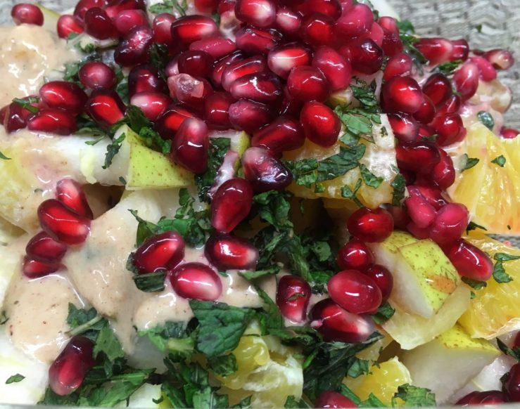 Orangen Birnen Salat mit Haselnuss Mandel Bananen Creme und Granatapfelkernen