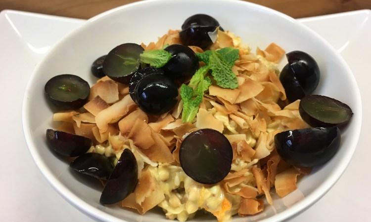 Buchweizen Sprossen mit Banane, Trauben und Safran Orangen Tahini