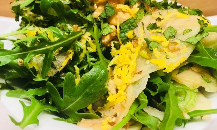 Rucola Salat mit Birne, Walnüssen und Roquefort
