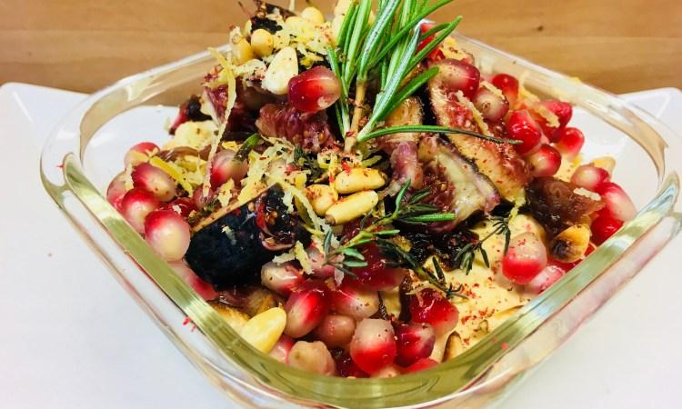 Spiced Hummus mit Feigen, roten Balsamico Zwiebeln, Granatapfelkernenund roten Pfefferbeeren