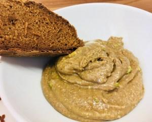 Halva Brotaufstrich aus Tahini, Honig, Mandeln und Pistazien