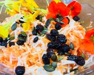 Rettich Karotten Salat mit Kürbiskernen und Zitronen-Senf Dressing
