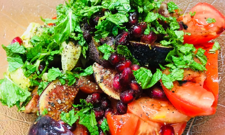 Tomaten Salat mit Feigen, Avocado und Granatapfelkernen