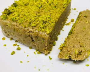 Gesundes Halva aus Tahini, Honig und Pistazien