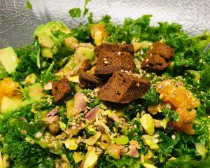 Grünkohl Salat mit Avocado, Chili-Orangen und Pistazien
