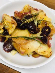 Karamelisierter schwarzer Rettich mit Zwiebeln und Trauben in Safran Honig