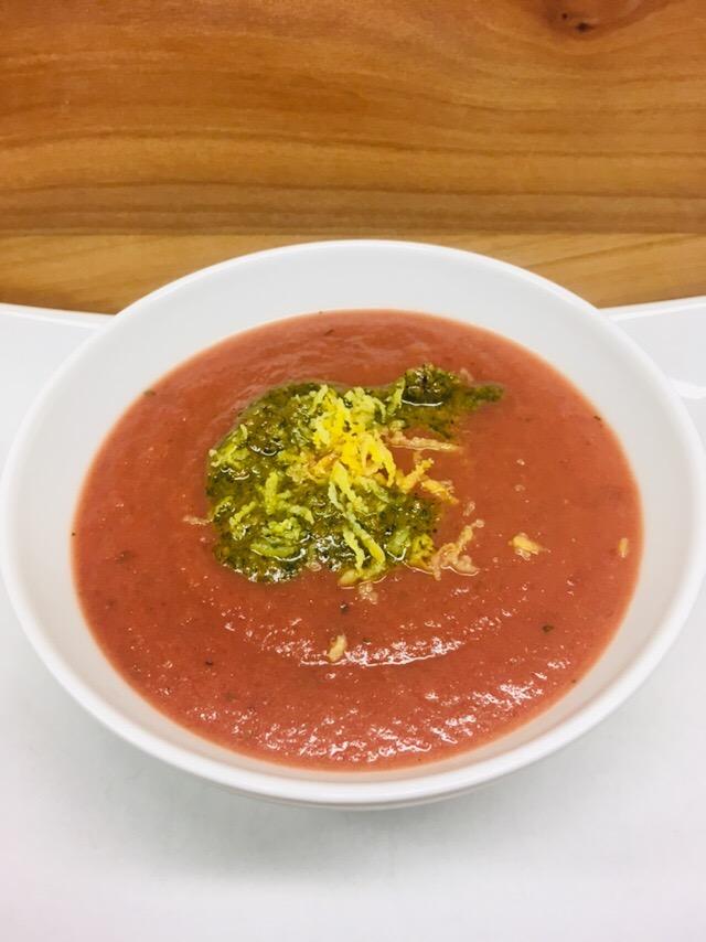 Rote Bete Suppe mit Apfel, Ingwer und Minze Haselnuss Pesto