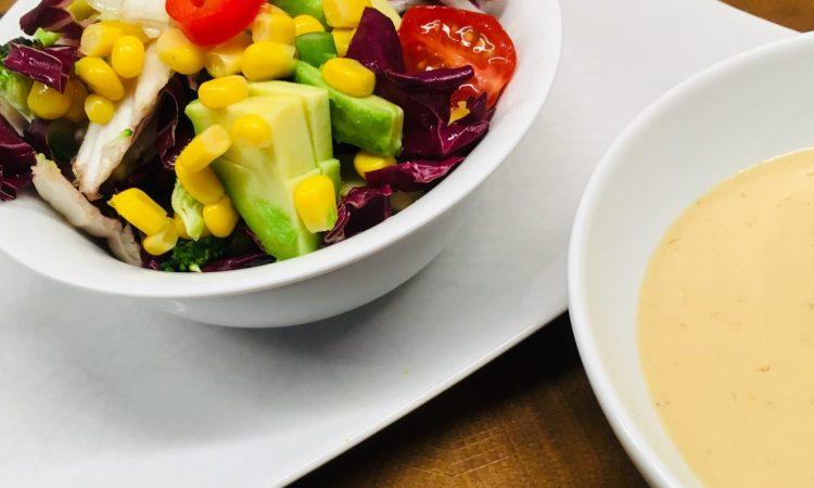 Brokkoli Mais Salat mit Paprika und Tahini Miso Sauce