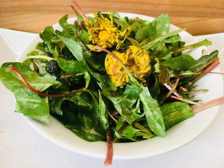 Wildkräuter Salat mit Miso Tahini Knoblauch Sauce
