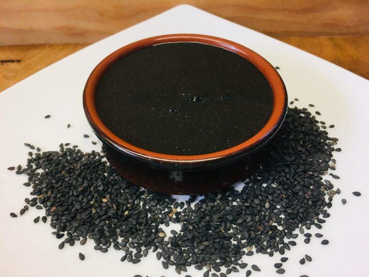 Schwarzes Sesammus aus schwarzer Sesamsaat