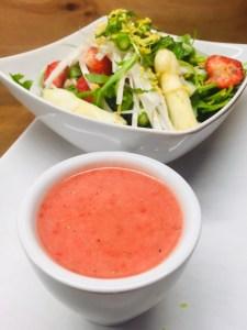 Spargel Salat mit Erdbeeren, Rucola und fruchtiger Erdbeer Vinaigrette