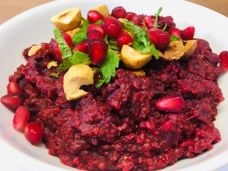 Rote Bete Porridge mit Datteln und Tahini