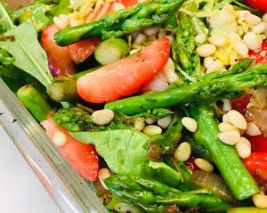 Hirse Salat mit Spargel und Erdbeeren