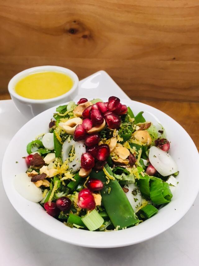 Bohnen Zuckerschoten Salat mit Haselnüssen und Granatapfelkernen