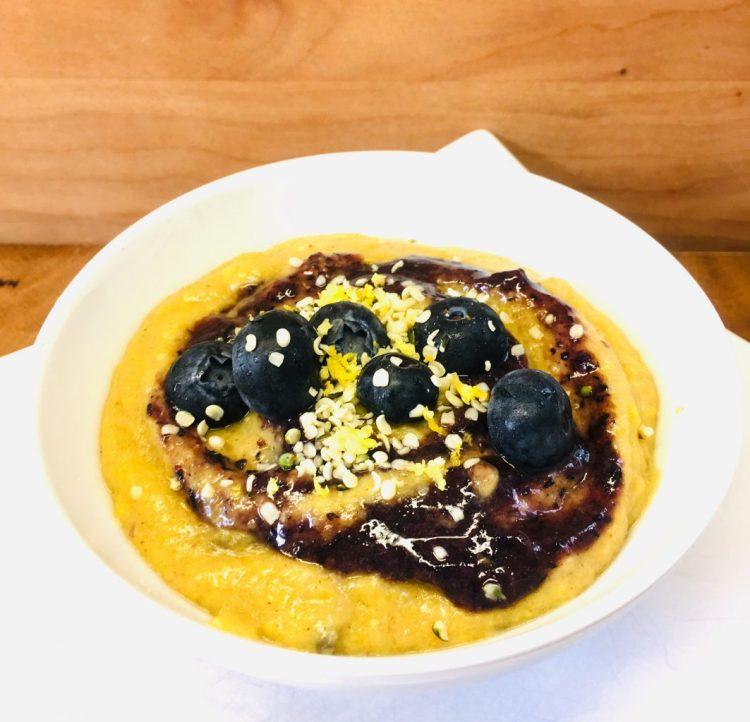Maisgrieß Porridge mit Banane, Datteln und Beeren