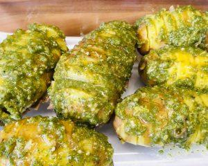 Hasselback Kartoffeln mit Salbei Mandel Pesto