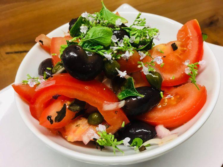 Korsischer Tomaten Salat mit Oliven und Kapern