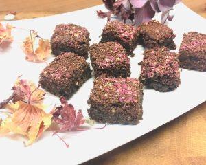 Tahini Brownies mit Schokostreuseln und Rosenblüten