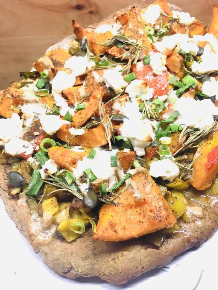 Glutenfreie Kürbis Lauch Pizza mit Buchweizen-Teig