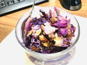 Rotkohl Birnen Salat mit Mandel Miso Dressing