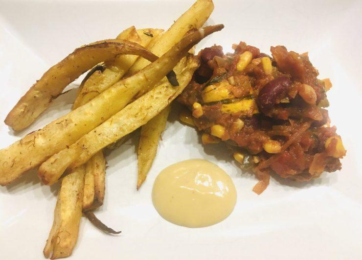 Chili con Kürbis mit Pastinaken und Süßkartoffel Pommes mit Mandel Trüffel Mayonnaise
