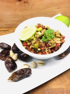 Bulgur Salat mit Avocado, Datteln und Pistazien