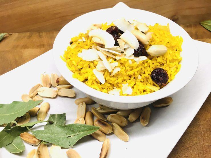 Gewürzreis mit Erdnüssen, Cranberries und Kokosnussraspeln