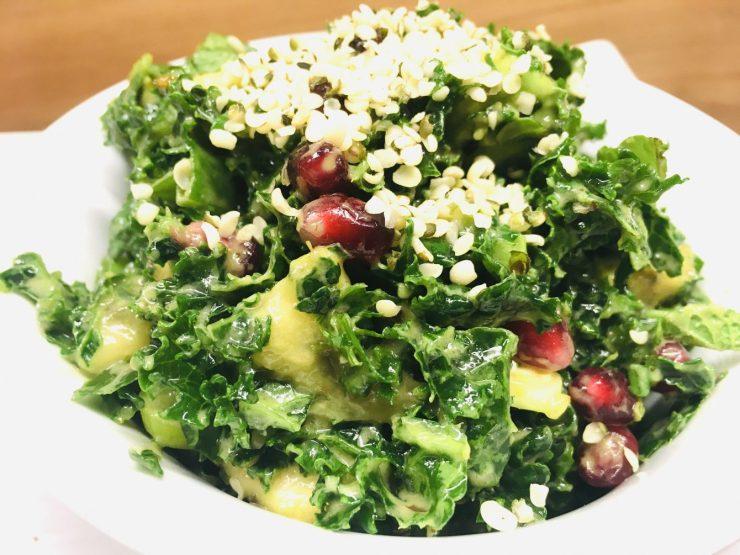 Grünkohl Salat mit Banane, Avocado und Hanf