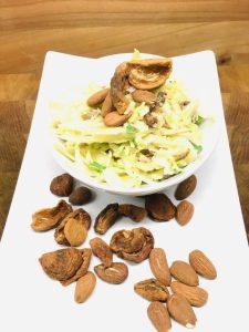 Spitzkohl Salat mit Aprikosen und gerösteten Mandeln