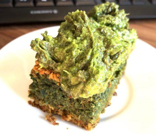 Grüner Karotten Kuchen mit Bärlauch Avocado Creme