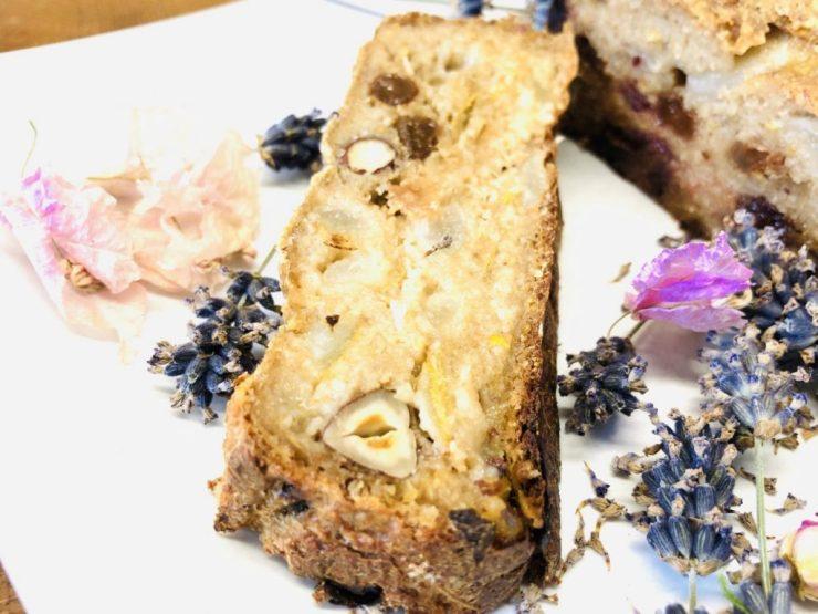Porridge Brot aus Haferflocken mit Birnen, Datteln und Haselnüssen
